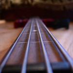 Как установить струны на бас гитару